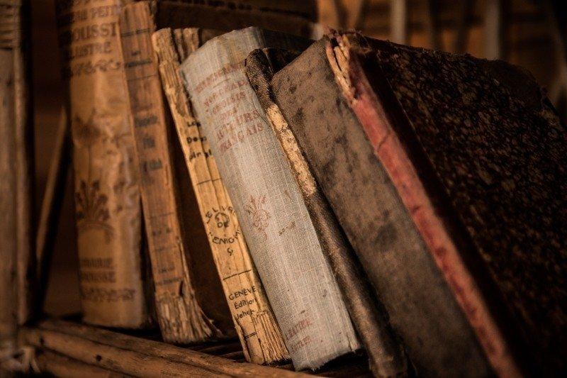 Anciens livres sur une étagère